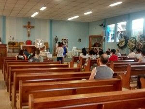 Parentes e amigos prestaram rezaram por vítima em igreja de César de Sousa (Foto: Jenifer Carpani/G1)