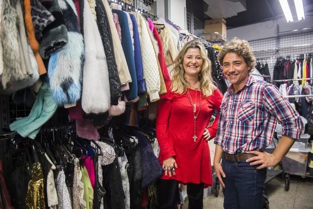 Alessandra Barrios com o caracterizador Marcelo Dias no armário de Fedora (Foto: Globo/ João Miguel Júnior)