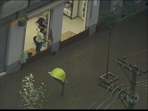 Alagamento na Rua João Jacinto na manhã desta quarta-feira (Foto: Reprodução/TV Globo)