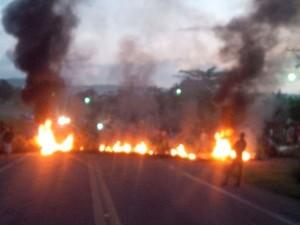 Manifestantes colocaram fogo em objetos na pista (Foto: Divulgação/ Bahia Norte)
