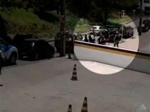 Jovem baleado dentro da Àrea 1, em Salvador, é socorrido (Foto: Reprodução/TV Bahia)