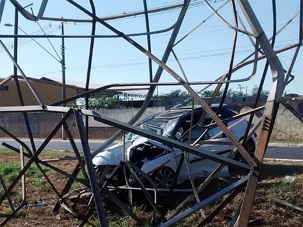 Estrutura precisará ser substituída após o acidente (Foto: Michel Montefeltro/ G1)