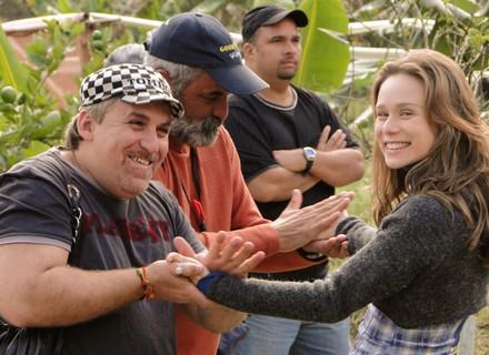 Equipe dá uma mãozinha para Mariana Ximenes espantar frio na serra