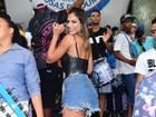 Mari Gonzalez usa short jeans curtinho para cair no samba