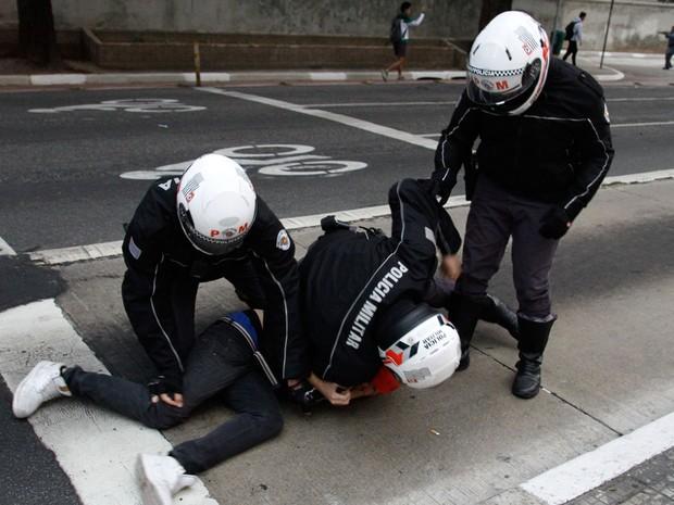 Estudantes são detidos por policiais militares durante protesto por melhorias no ensino público, na rua da Consolação, região central da cidade de São Paulo  (Foto: Kevin David/A7 Press/Estadão Conteúdo)