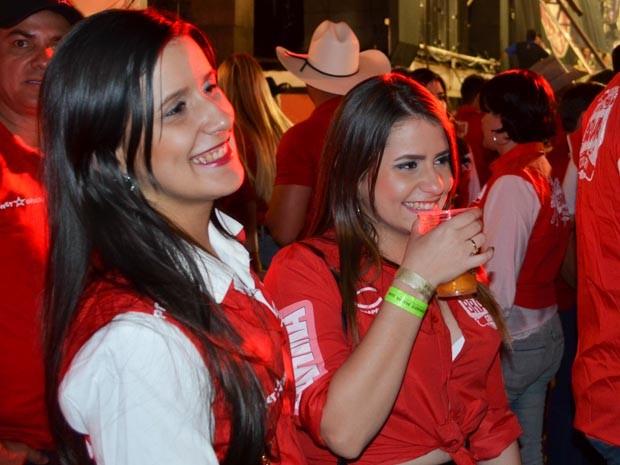 A sergipana Deise Macedo (à esquerda) curte a primeira noite dela no camarote em Barretos (Foto: João Pitombeira/G1)