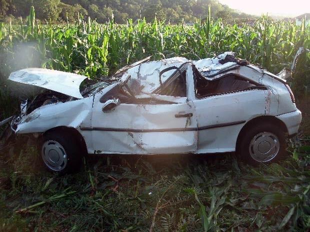Carro ficou danificado após colisão que causou morte de jovem na BR-392, no RS (Foto: Divulgação/PRF)
