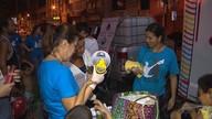 Idosos e moradores de rua recebem auxílio de fiéis