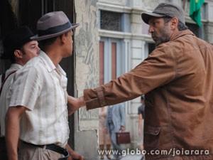 Mundo defende o cunhado e impede que dupla bata nele (Foto: Joia Rara/ TV Globo)