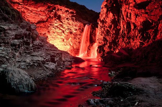 Cachoeira da Califórnia iluminada pelo projeto Neon Luminance (Foto: Sean Lenz e Kristoffer Abildgaard/Divulgação)