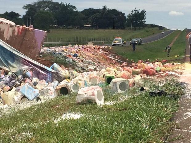 Canteiro central da rodovia ficou cheio de latas de tinta  (Foto: Graciela Andrade/TV TEM)