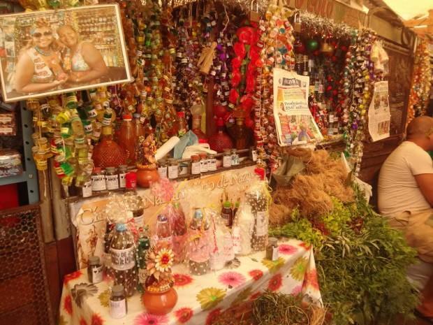 Barracas da feira ficam lotadas de produtos para o ano novo, como ervas, banhos, defumações e incensos (Foto: Thais Rezende / G1)