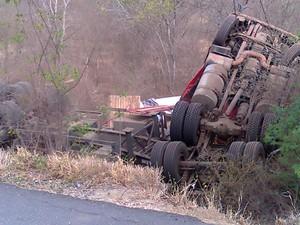 Caminhão carregado de cerâmica capotou na BR-104. (Foto: Gil Ribeiro/TV Paraíba)