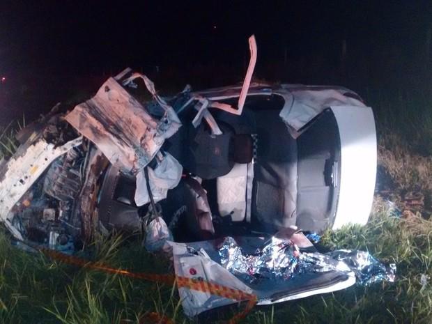 Veículo capotou e só parou no acostamentp da rodovia (Foto: Divulgação/ Polícia Rodoviária)