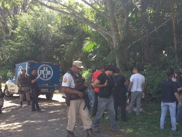 Policiais no local do crime onde colega foi achado morto no sul da Bahia (Foto: Valesca Lippel/TV Santa Cruz)