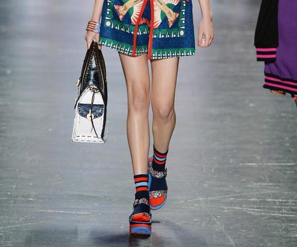 Acessórios chamativos viraram hit nas semanas de moda internacionais (Foto: Getty Images)