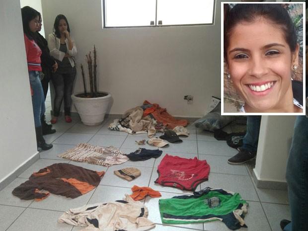 Amigas de Natasha (no detalhe) observam roupas encontradas na casa do pintor Jorge Luiz Morais de Oliveira (Foto: Carolina Dantas/G1)