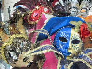 Máscaras mais elaboradas também são encontradas na 25 de Março (Foto: Paulo Toledo Piza/G1)