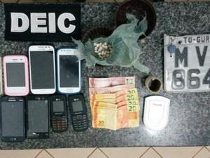 Drogas, dinheiro, celulares e uma motocicleta foram apreendidos com o suspeito (Foto: Divulgação/Polícia Civil)