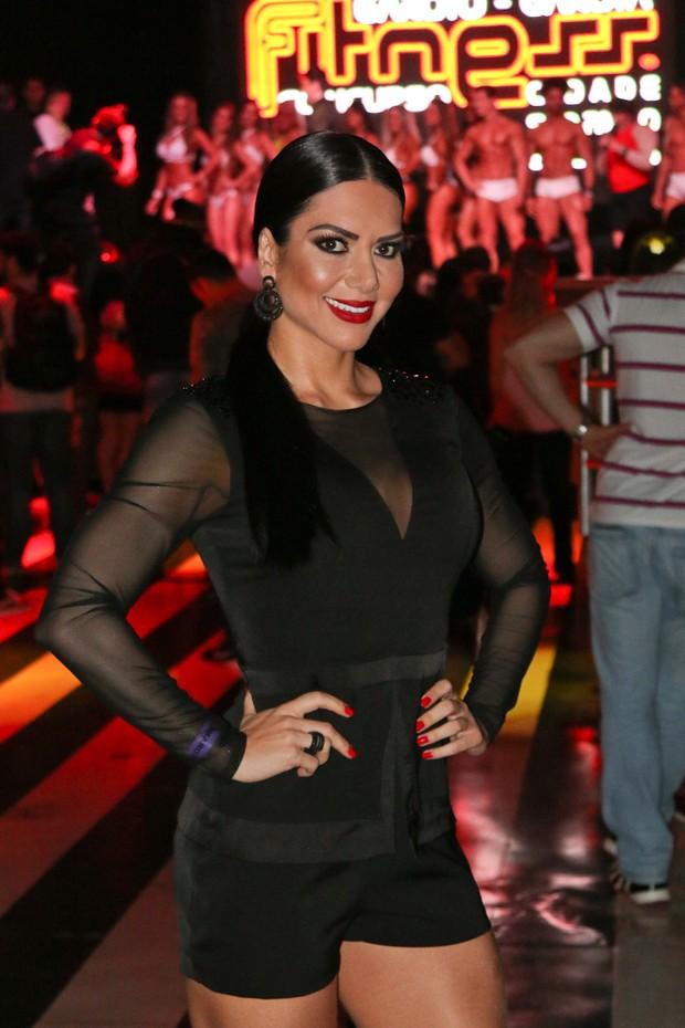 EGO - Graciella Carvalho exibe pernas saradas em evento