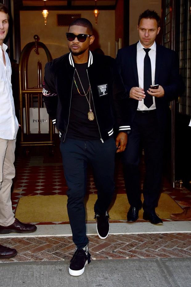 O visual casual de Usher (Foto: AKM-GSI)