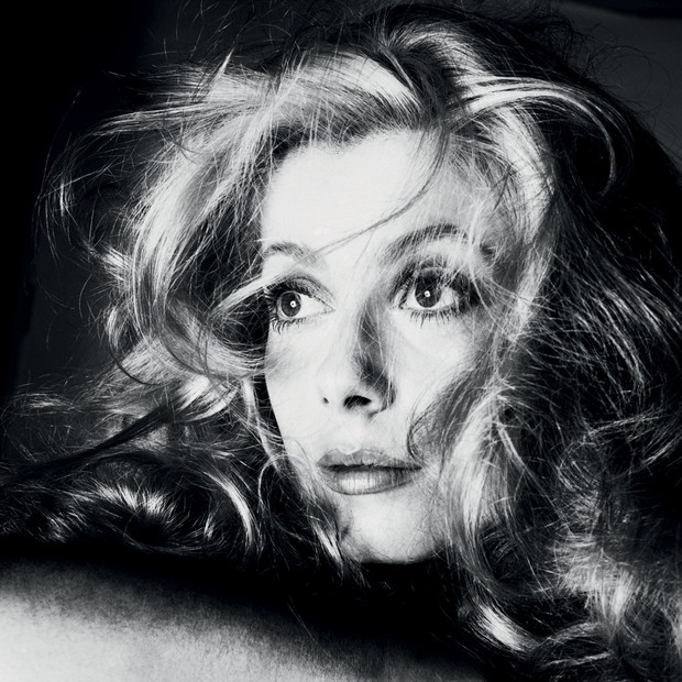 Umdos destaques da mostra: o retrato de Catherine Deneuve, de 1968 (Foto: © Ministère De La Culture - France/aajhl, © The Richard Avedon Foundation e Divulgação)