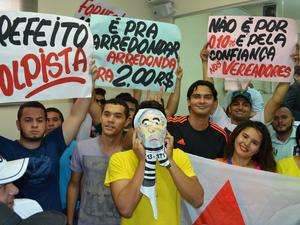 Estudantes e população protestaram durante início da sessão na Câmara de Vereadores (Foto: Caio Fulgêncio/G1)