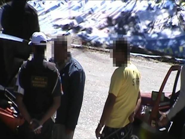 Motorista abre a carteira para pagar propina a policial (Foto: Polícia Militar/Divulgação)