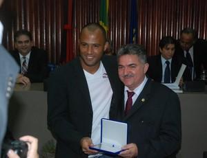 Deputado João Gonçalves homenageia o goleiro Genivaldo, do Botafogo-PB, na Assembleia Legislativa da Paraíba (Foto: Richardson Gray / Globoesporte.com/pb)