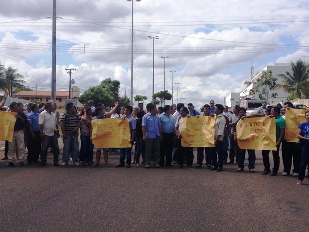 Manifestação contou com aproximadamente 100 indígenas de sete etnias diferentes (Foto: Jackson Félix/ G1 RR)