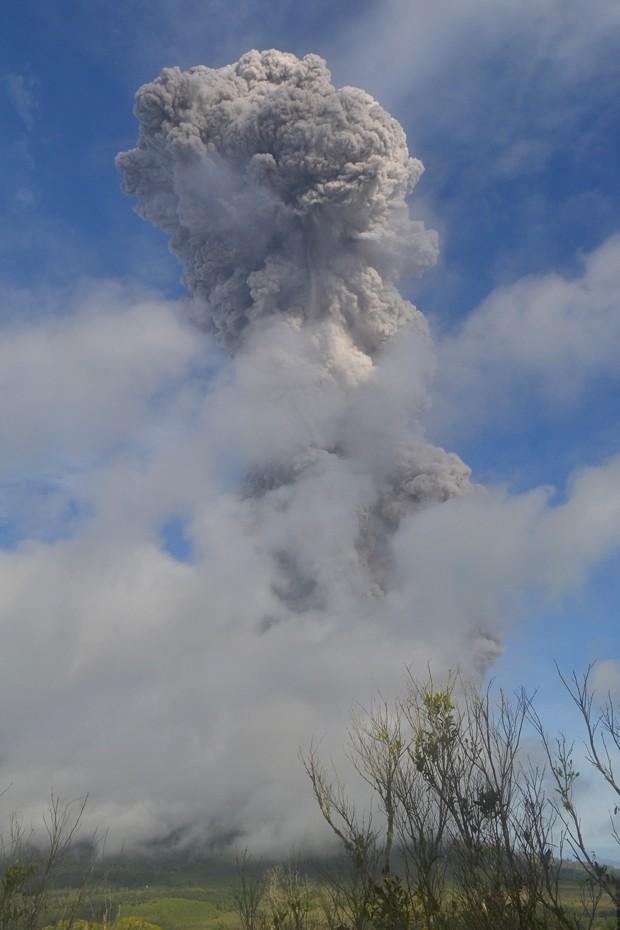 Sinabung vomitou repetidamente cinzas em brasa e rochas a até oito quilômetros no ar na Indonésia (Foto: Sutanta Aditya/ AFP)