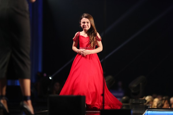 A atriz Brooklynn Prince recebendo seu troféu no Critics Choice Awards 2018 (Foto: Getty Images)