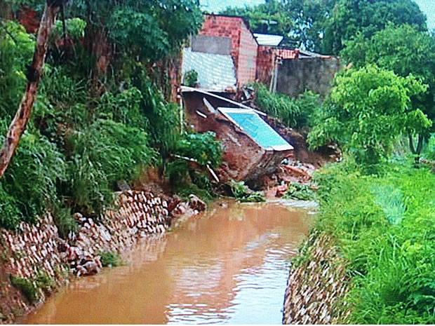 Piscina caiu às margens do córrego Gambá e outras duas casas foram interditadas (Foto: Reprodução/TVCA)