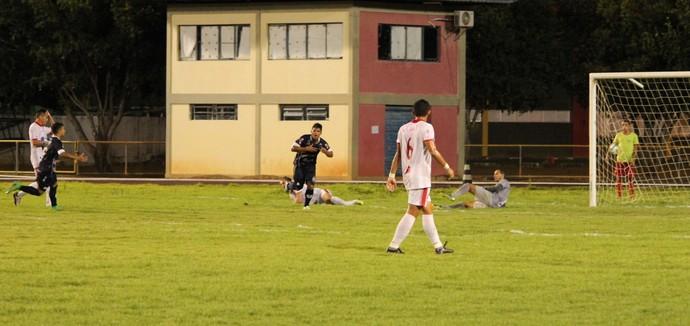Juninho comemora o primeiro gol do São Francisco-PA (Foto: Ivonisio Júnior)