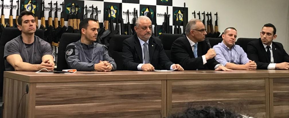 Secretário de Segurança (terceiro da direita para esquerda), Roberto Sá; chefe da polícia civil, Carlos Leba (quarto da direita para esquerda), e delegados que participaram da operação dão entrevista coletiva (Foto: Henrique Coelho/G1)