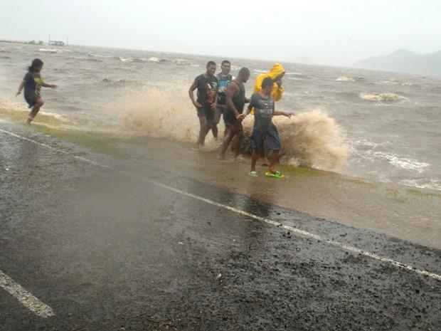 Ondas atingem a Labasa, nas Ilhas Fiji, durante a passagem pelo ciclone tropical Winston (Foto: Luke Rawalai/Fiji Times via AP)