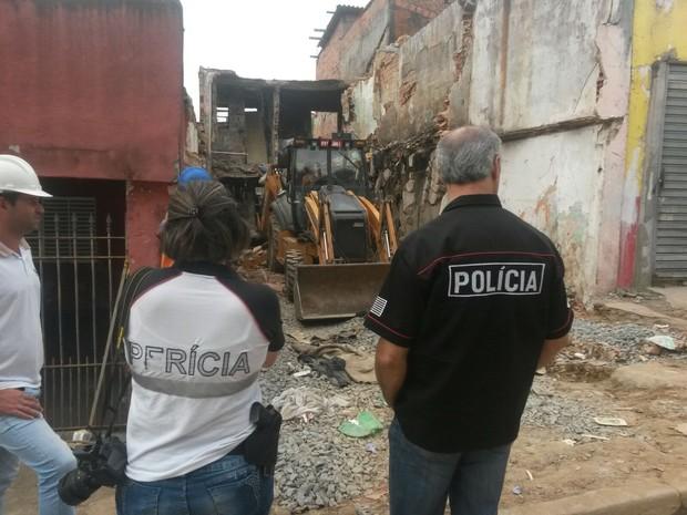 Retroescavadeira trabalha em terreno perto da casa de pintor na Zona Sul (Foto: Will Soares/G1)