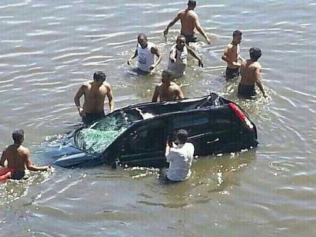 Veículo caiu quando a maré estava baixa, por isso não ficou submerso (Foto: Ferreira Filho/Facebook)