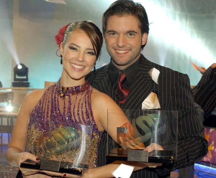 Paolla Oliveira e Átila Amaral com o troféu do 'Dança 2009' (Foto: Bob Paulino / TV Globo)