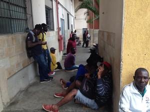 Haitianos sem ter onde dormir aguardam definição por abrigo na Paróquia Nossa Senhora da Paz, na região central de São Paulo (Foto: Carolina Dantas/G1)