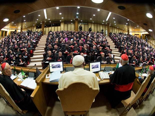 Imagem divulgada pelo Vaticano mostra o Papa Francisco presidindo o sínodo extraordinário com cerca de 200 bispos no Vaticano nesta segunda-feira (6) (Foto: AFP PHOTO / OSSERVATORE ROMANO)