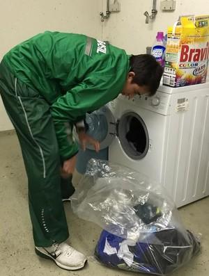 Hugo Calderano também lava a própria roupa no porão do apartamento (Foto: Divulgação/Liebherr Ochsenhausen)