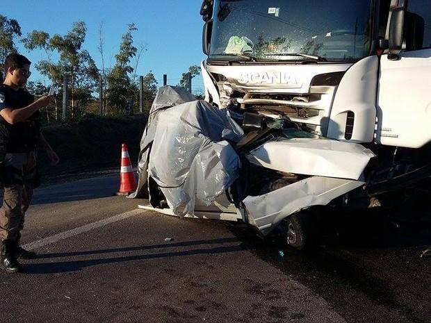 Com o impacto da colisão um carro chegou a se partir (Foto: Dulcides Netto - Do G1 Norte Fluminense)