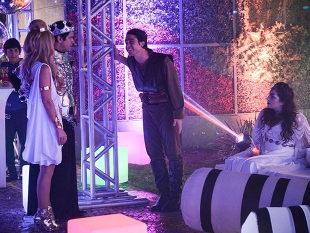 Depois de uns drinks, Ernesto toma intimidade com Shelda (Foto: Parker TV)