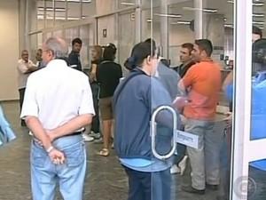 Aposentados não devem ir às agências para realizar o saque sozinhos (Foto: Reprodução / TV Tem)
