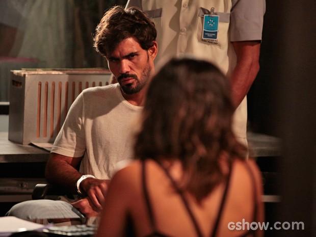 Ninho é levado por enfermeiro (Foto: Pedro Curi/TV Globo)