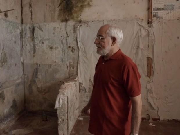 Theo visita sua antiga cela, na Galeria F, no presídio Lemos de Brito, em Salvador (Foto: Divulgação)