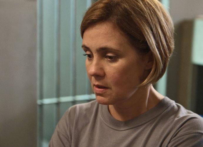 Inês é ameaçada por colega de cela (Foto: TV Globo)