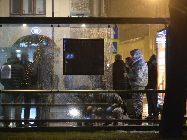 Investigadores trabalham em local de explosão em ponto de ônibus de Moscou, na Rússia, na noite desta segunda-feira (7) (Foto: Natalia Kolesnikova/AFP)