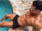 Felipe Franco exibe corpo musculoso e com veias soltadas à beira da piscina